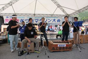 第11回宍粟市さつきマラソン大会の会場で宍粟市商工会青年部「楽団四想」が演奏しました。