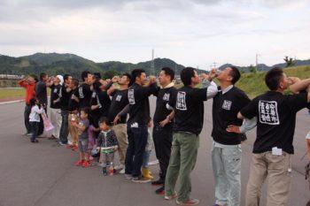 2017年8月13日に宍粟市山崎町で開催された「第30回山崎納涼夏祭り」のレポートです。「最多人数による腕組み乾杯」でギネス世界記録を達成しました!